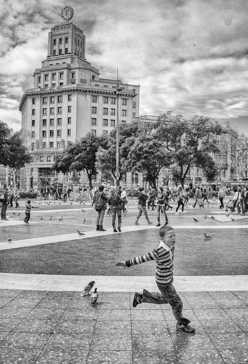 Enfant chasse les oiseaux Barcelone