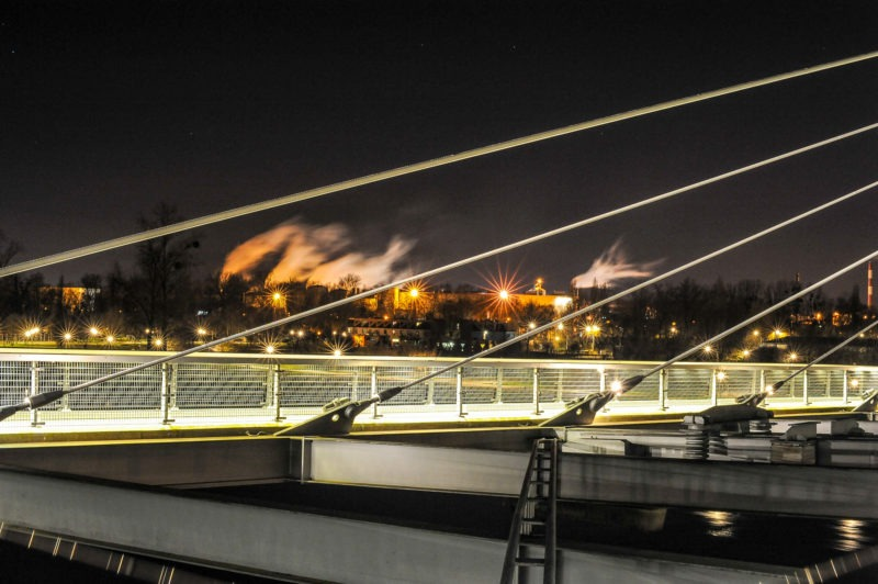 Vue sur usines depuis la passerelle des deux-rives à Strasbourg