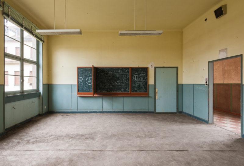 Salle de classe jaune et bleu